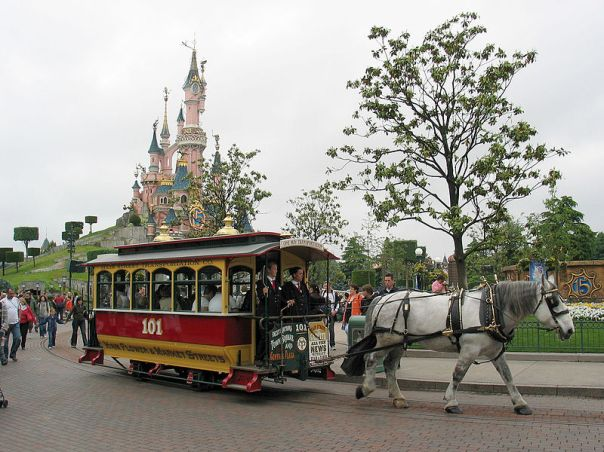800px-Horse_Tram_at_Disneyland_Paris_101
