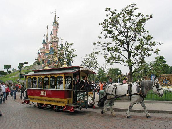 800px-Horse_Tram_at_Disneyland_Paris_101