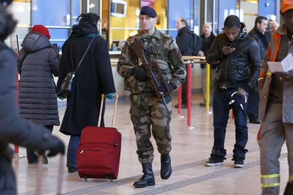 Un-militaire-poignarde-a-la-gorge_article_landscape_pm_v8