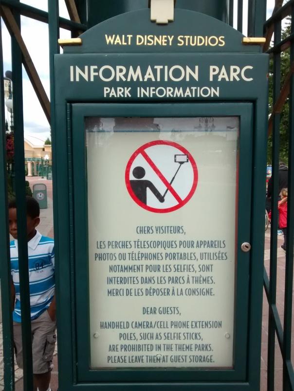 L'un des multiples panneaux interdisant les perches à