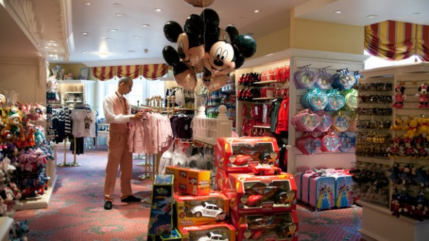 n010199_2017oct01_disneyland-hotel-galerie-mickey-boutique_16-9
