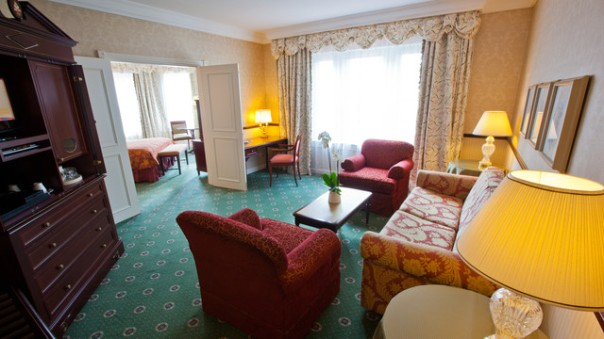n019081_2021sep01_disneyland-hotel-junior-suite_16-9