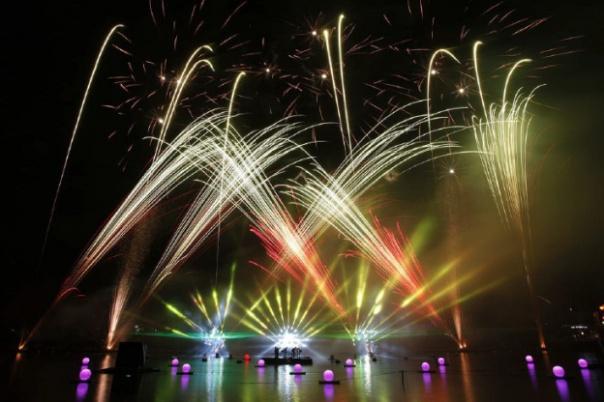 162215-les-feux-magiques-de-disney-2015-le-spectacle-gratuit-de-disney-village